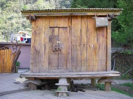 回收及ㄧ般垃圾桶的小屋